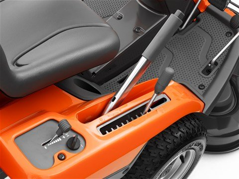 Easy-access cutting height lever  Die automatische Messerzuschaltung ist einfach vom Fahrersitz zu erreichen. Die Schneidmesser werden während des Mähens automatisch zugeschalte