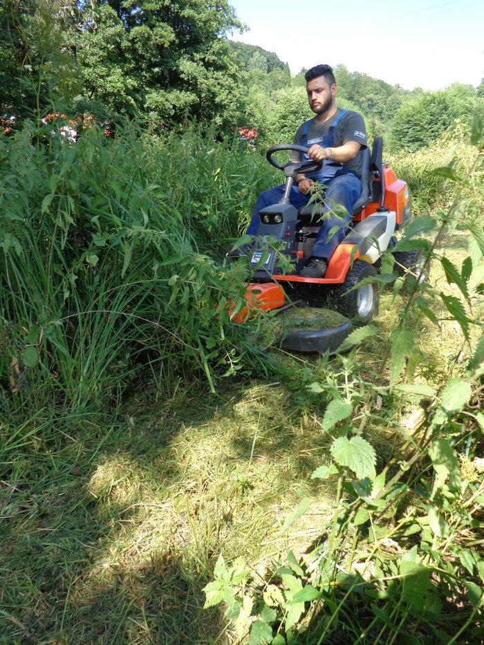 Gebrauchte                                          Gartentechnik:                     Husqvarna - Rider 422  Ts - Agrassic Frontmäher - Vorführ-Neumasschine (gebraucht)