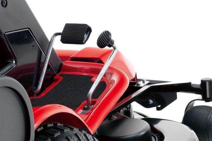 komfortabel, sicher und spielend leicht die Fahrgeschwindigkeit   in allen Situationen und Anforderungen vorwärts / rückwärts stufenlos über die Fahrpedale steuern - ohne Bremsen - ohne Kuppeln +++ AUTOMATIKGETRIEBE Das pedalgesteuerte Automatikgetriebe macht das Mähen effizienter, komfortabler und angenehmer. Separate Pedale zum Vorwärts- und Rückwärtsfahren.