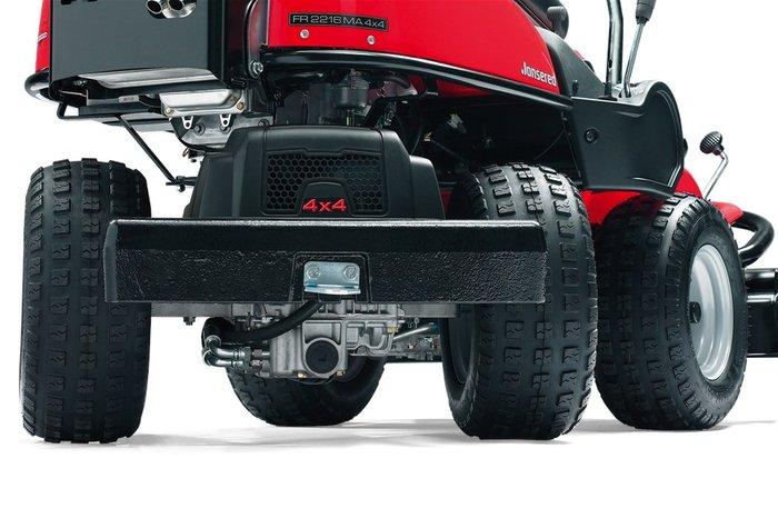 Kompromisslos massive Traktion garantiert mit stufenlosem Hydrostat - Allradantrieb und der serienmäßig griffigen All-Terrain-Bereifung +++ 4X4 ANTRIEB Der 4x4 Allradantrieb sorgt für eine gute Bodenhaftung bei schwierigen Bedingungen wie z.B. beim Fahren auf Hängen oder rutschigem Boden. Abhängig von der Situation und den Bodenbedingungen stellt das Getriebe automatisch die Bodenhaftung für alle Räder ein.