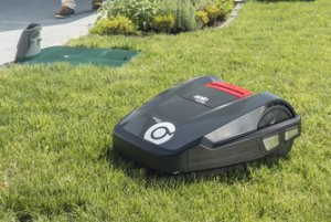 Intelligente Rasenpflege  Durch den regelmäßigen Schnitt bleibt der Rasen stets optimal in Form. Für die natürliche Düngung sorgt die Doppelmesser-Technologie, durch die der Grasschnitt direkt im Mähgehäuse feingehäckselt und in den Rasen zurückgeblasen wird. So muss auch kein Grünschnitt entsorgt werden.