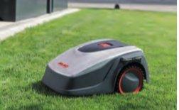 INTELLIGENTE RASENPFLEGE  Durch den regelmäßigen Schnitt bleibt der Rasen stets optimal in Form. Durch seine kompakte Bauweise und die intelligente Steuerung meistert er auch enge Passagen von nur 60 cm Breite.