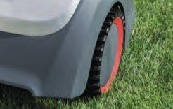 GRIFFIGES PROFIL  Der Robolinho® ist enorm steigfähig mit griffigem Profil. Die beiden Antriebe sorgen mit den stark profi- lierten Rädern für ausgezeichnete Bodenhaftung und bewältigen so Steigungen bis zu 45%.