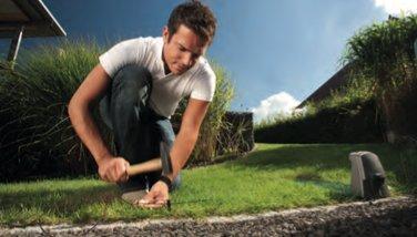 EINFACHE INSTALLATION  In nur wenigen Schritten sind die Robolinho® einsatzbereit: Basis- station aufbauen und verankern, mitgeliefertes Begrenzungskabel mit den Bodennägeln im Rasen verlegen, Mähzeiten einstellen und fertig. Das Begrenzungskabel wird dabei nur einmal um den Mähbereich gelegt und sichert so zuverlässig die Grenzen des Arbeitsbereichs.