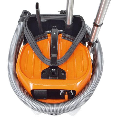 Integrierte Zubehörbox  Mit Saugschlauchhalter. Zur komfortablen Unterbringung der Zubehördüsen und des Saugschlauchs.