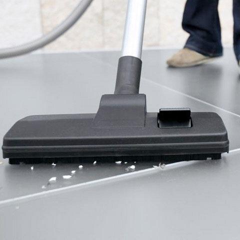 Kombi-Bodendüse  Die Kombi-Bodendüse mit Trittumschaltung liefert Ihnen optimale Saugleistung sowohl auf glatten Flächen wie auch auf Teppichböden.