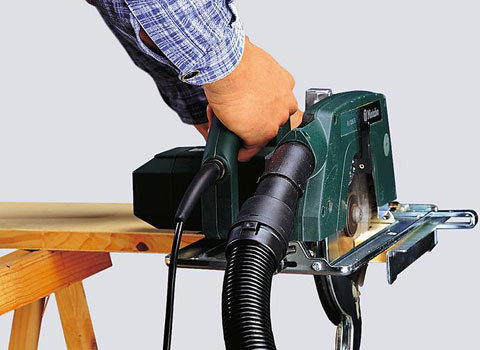 Einschaltautomatik (E) und Steckdose  Durch den Adapter für Elektrowerkzeuge wird der Staub direkt, während Sie bohren, sägen oder schleifen,abgesaugt. Besonders komfortabel: der direkte Anschluss von Elektrowerkzeugen an den Universalsauger. Der Sauger wird automatisch über das Elektrowerkzeug ein- und ausgeschaltet. (Abb.ähnlich.)