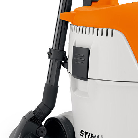 Saugrohrhalter  Praktische Aufbewahrung der kompletten Saugeinrichtung inklusive der Bodendüse am Gerät durch 2-Punkt-Fixierung.