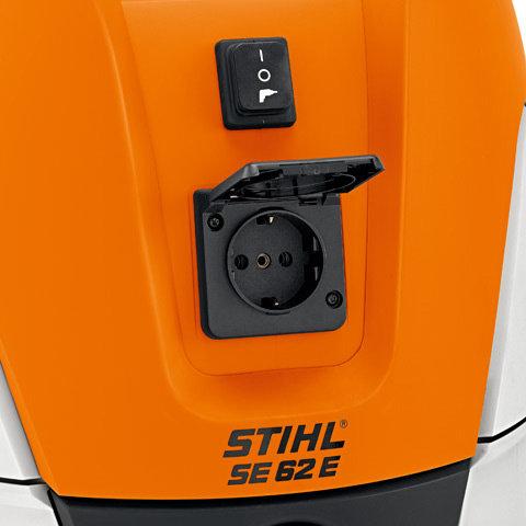 Einschaltautomatik (E) und Steckdose  Durch den Adapter für Elektrowerkzeuge wird der Staub direkt, während Sie bohren, sägen oder schleifen,abgesaugt. Besonders komfortabel: der direkte Anschluss von Elektrowerkzeugen an den Universalsauger.