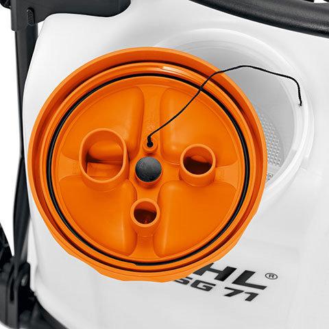 Integrierte Messbecher  Im Behälterdeckel sind drei Messbecher in den Größen 10ml, 20ml und 50ml integriert.