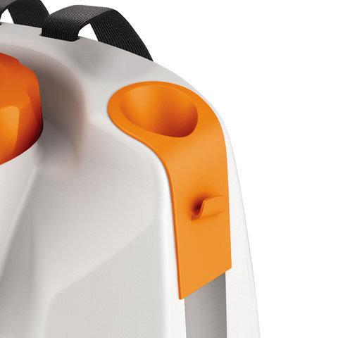 Integrierte Spritzrohrhalterung  Ermöglicht das sichere Verstauen der Spritzeinrichtung bei Lagerung und Transport. Eine zusätzliche Halterung dient zur sicheren Befestigung des als Zubehör erhältlichen Spritzschirms.