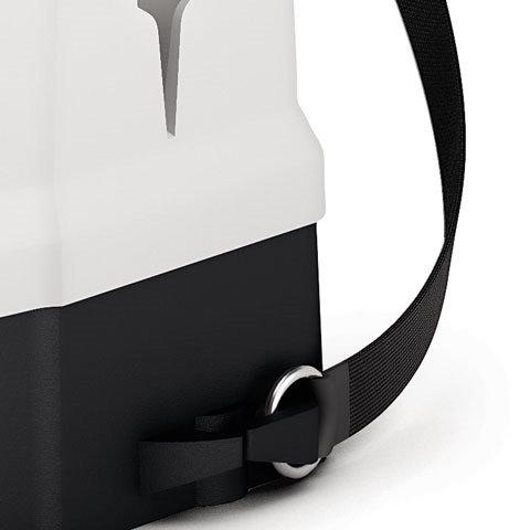 Tragegurt zum Einhängen  Die Gurtbefestigung ist oben fest fixiert und unten zum Einhängen. Die Rückengurte können in zwei verschiedenen Positionen befestigt und individuell auf die Größe des Anwenders eingestellt werden. Bei Bedarf kann das Gerät einfach aufgesetzt werden.