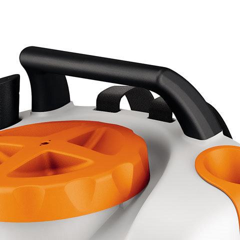 Tragegriff  Der praktische Tragegriff mit Anordnung über dem Schwerpunkt des Geräts sorgt für einfaches Tragen des Geräts ohne Kippbewegung.
