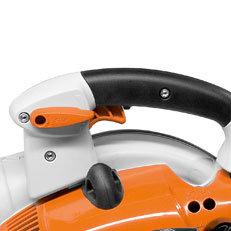 Feststellbarer Gashebel mit Stopptaster: Der Gashebel kann zwischen Leerlauf und Vollgas in jeder gewünschten Position arretiert werden. Ein kurzer Daumendruck auf den Stopptaster führt zum Ausschalten. Das Gerät ist danach automatisch wieder betriebsbereit.