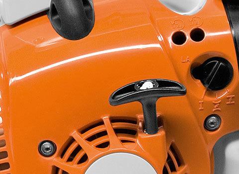 STIHL ElastoStart  Als Folge des Kompressionsdrucks entstehen beim Anwerfen von Zweitakt-Motoren ruckartige Kräfte, die Muskeln und Gelenke belasten. ElastoStart vermindert dies spürbar. Ein spezielles Dämpfungselement im Anwerfgriff dehnt sich entsprechend der Zugkraft aus und bewirkt so einen gleichmäßigen Anwerfvorgang ohne ruckartige Kraftspitzen. (Abb. ähnlich)