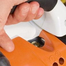 Manuelle Kraftstoffpumpe  Mit der manuellen Kraftstoffpumpe lässt sich auf Daumendruck Kraftstoff in den Vergaser fördern. Dadurch wird nach einer längeren Betriebspause der Maschine die Zahl der Anwerfzüge reduziert. Alle Motorgeräte für die Grünpflege und alle Blasgeräte verfügen über eine manuelle Kraftstoffpumpe. (Abb. ähnlich)