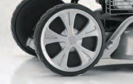 VORDERRADANTRIEB  Die kraftsparende Alternative überzeugt vor allem im hügeligen Gelände. Zum Wenden können die Vorderräder bei eingeschaltetem Antrieb entlastet und der Mäher gedreht werden (BR-Modelle).