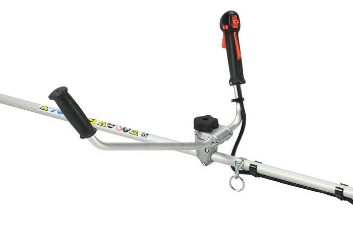 drehbarer Mutifunktionsgriff  ECHO-Motorsensen sind mit ergonomisch gestalteten Griffen ausgerüstet. Die Hände müssen während der Arbeit nicht von den Griffen genommen werden um Steuerfunktionen zu bedienen. Für den Transport kann der Griff platzsparend über den Antriebsstrang gedreht werden. (Abb. ähnlich)