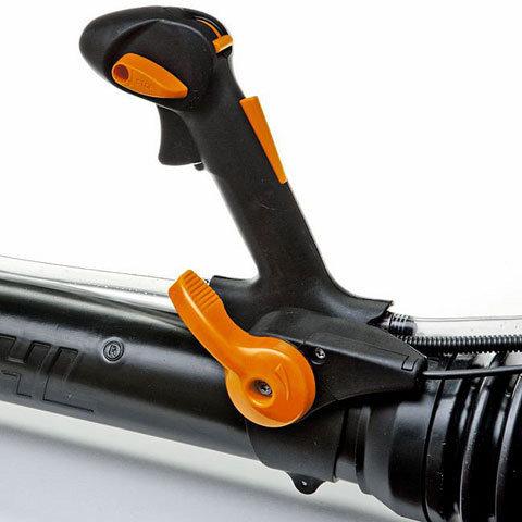 Einhand-Multifunktionsgriff  Am Bediengriff befinden sich die Bedienelemente für die Motorsteuerung und das Ventil für den Sprühmittelzulauf. Neben der Motorsteuerung können Sie den Sprühmittelzulauf mit einer Hand verlustarm, schnell und bequem zu- und abschalten. (Abb. ähnlich)