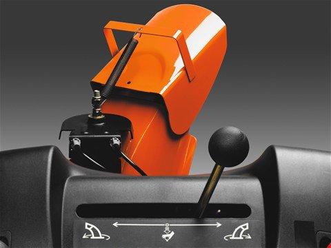 Die Auswurfrichtung lässt sich schnell und einfach über einen Hebel an der Bedienkonsole steuern.