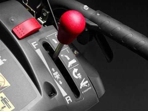 Hydrostatisches Fahrsystem  Stufenloser, variabler Hydrostat- Antrieb ermöglicht ein bequemes Fahren mit optimaler Kontrolle.