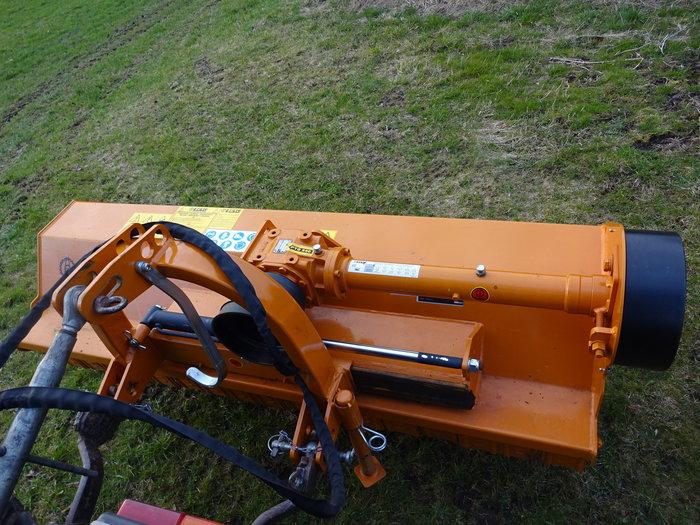 Die angebotene Maschine ist mit hydraulischer Seitenverschiebung ausgerüstet - unkaputtbare Profitechnik durch und durch !!*!*