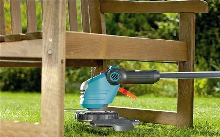 Leichtes Trimmen unter Hindernissen  Der abwinkelbare Stiel am Trimmerkopf erleichtert das Trimmen an schwer zugänglichen Stellen, z.B. unter einer Gartenbank, einem Strauch oder einem Trampolin.