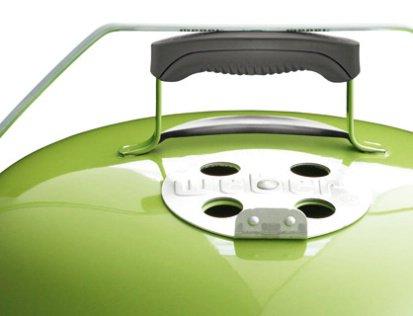 Tragebügel sichert den Deckel zum mühelosen Transport oder hält ihn seitlich als praktischen Windschutz
