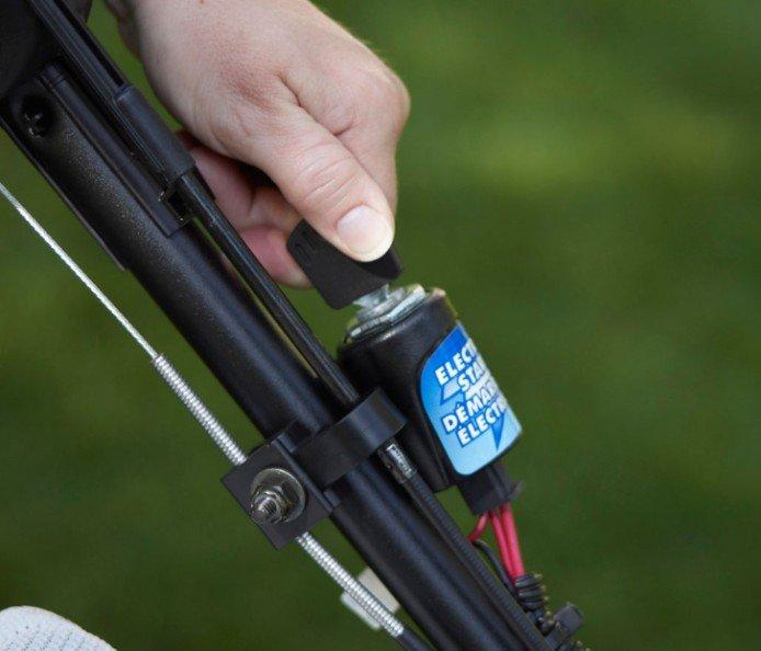 Elektrostart: Mit dieser praktischen Option drehen Sie einfach den Schlüssel und legen mit dem Mähen los. Kein Choke oder Anwärmen des Motors.