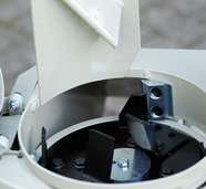 """Schieber """"grob""""/""""feucht"""" Über den Stellknopf wird der Zugang zum Auswurfkanal weit geöffnet. So entsteht grobes Schreddergut."""