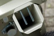 Aststutzen: Der Aststutzen mit seiner ovalen Form nimmt auch verzweigtes Material auf. Die beiden Stifte verhindern unbeabsichtigtes Hineingreifen.