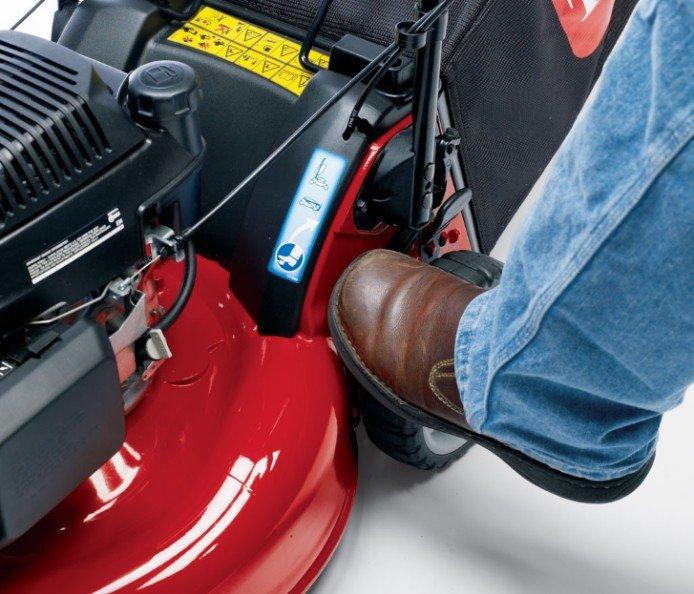 Schnelllagerungsgriff: Berühren Sie den Schnelllagerungshebel mit dem Fuß, um den Griff für eine einfache Lagerung hochzuklappen.