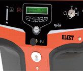 """INTELLIGENTE MASCHINE  Alle Funktionalitäten der Maschine befinden sich in Gruppen angeordnet auf einer übersichtlichen Instrumententafel im vorderen Maschinenteil. In der Mitte zwischen dem Zündschloss und der Starterklappe befindet sich der große LCD-Bildschirm. Über diesen LCD-Bildschirm kommuniziert der Super Prof mit dem Bediener. Neben der Wiedergabe nützlicher Maschinendaten wird der Bediener auf die regelmäßige Wartung, die durchgeführt werden muss, aufmerksam gemacht. Unter dem Display befindet sich der wichtigste Knopf der Maschine: der """"ACTION""""-Knopf. Diese elektrische Steuerung der elektromagnetischen Kupplung setzt das Messersystem und das Axelero™ in Gang. Mit einem Druck auf diesen Knopf wird der Häcksler zum Leben erweckt."""