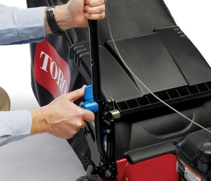 Schnellwechsel-Lagerungsgriff  Zum vertikalen Lagern des Mähern in engen Räumen müssen nur die blauen Handräder gedreht werden, um den Griff anzuheben.
