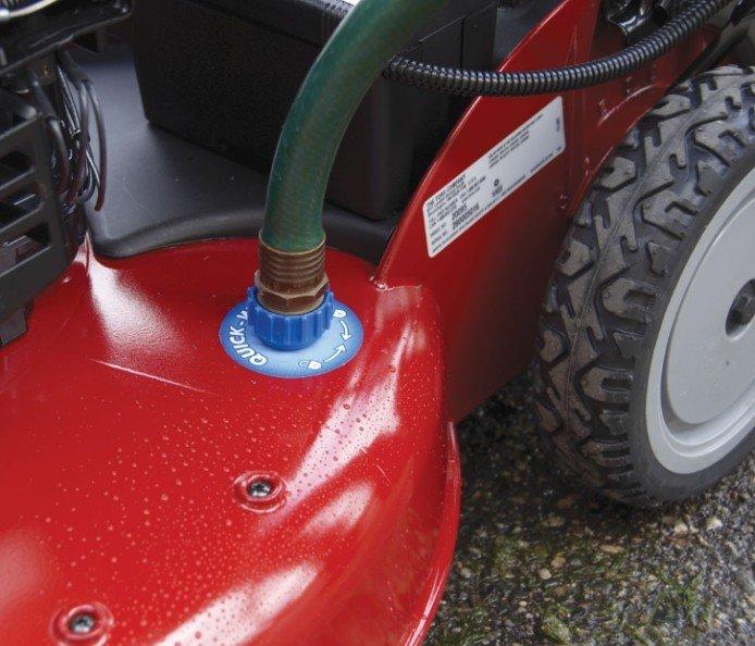 Wasseranschluss  Mit dem Wasseranschluss am Mähwerk kann die Unterseite des Mähwerks bequem gereinigt werden, um optimalen Luftfluss für hohe Leistung zu erhalten.