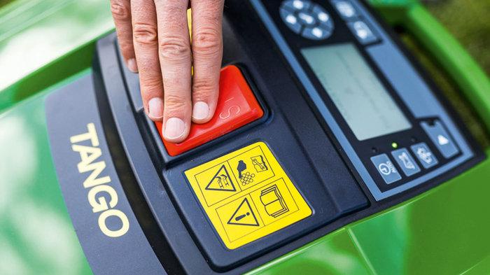 Sicherheit  Das Mähmesser kann jederzeit durch Drücken auf den roten Knopf angehalten werden. Der Sensor im Haltegriff verriegelt das Messer während des Transports. Der TANGO ist per PIN geschützt und der Bildschirm wird automatisch gesperrt − ideal, wenn Kinder in der Nähe sind.