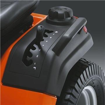 Am Kotflügel montierte Schnitthöhenverstellung Leicht zugängliche Schnitthöhenverstellung für verbesserte Ergonomie. Das federgestützte Mähdeck erleichtert die Einstellung spürbar.