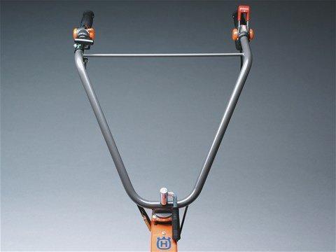 Für verbesserte Ergonomie vertikal und horizontal verstellbarer Griff.