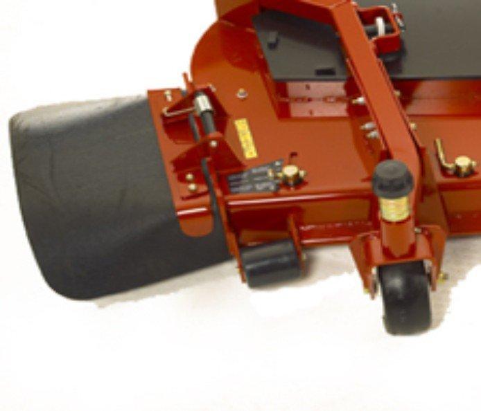 Gummiauswurfablenkblech: Der Auswurfkanal an den Seitauswurfmähwerken (183 cm und 152 cm) ist aus haltbarem 8 mm dicken Gummi gefertigt und ermöglicht ein Ausmähen ohne Beschädigung des Auswurfkanals oder der ausgemähten Objekte. Das Design (Patent angemeldet) bietet hervorragende Schnittgutverteilung.