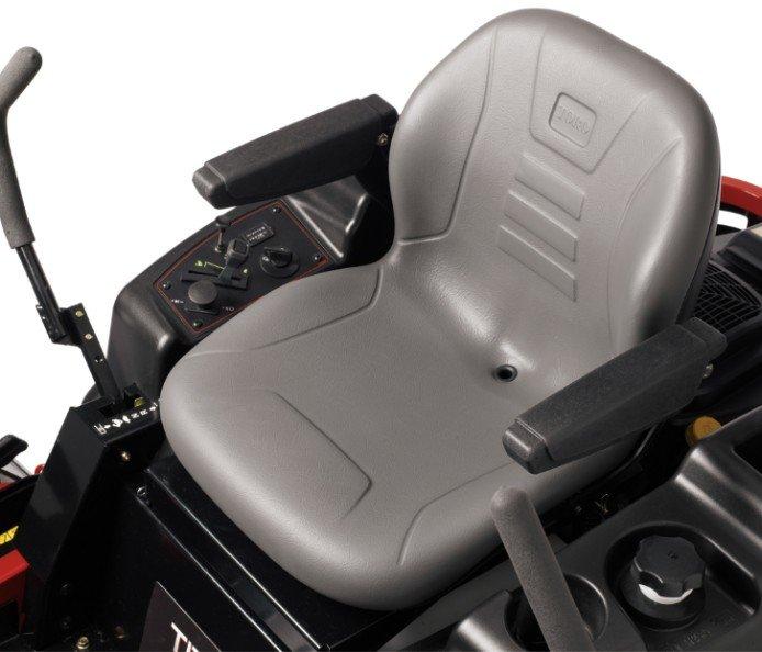 Toro Premium-Sitz: Der Premium-Sitz des TITAN ist hinsichtlich Komfort führend. Das extra dicke Sitzpolster is geformt, sodass der Bediener komfortabel sitzt und nicht vom Sitz rutscht, wenn er unebenes Terrain überquert. Der Sitz wird außerdem mit einer einmaligen, einstellbaren Sitzfederung gedämpft, die für angepasste Stützung 2 bis 5 Federn unter dem Sitz zulässt. Eine Sitzführung (10,2 cm) ist vom Sitz aus verstellbar, damit Sie die genau richtige Stellung erhalten. Verstellbare Armlehnen gehören zur Grundausstattung.