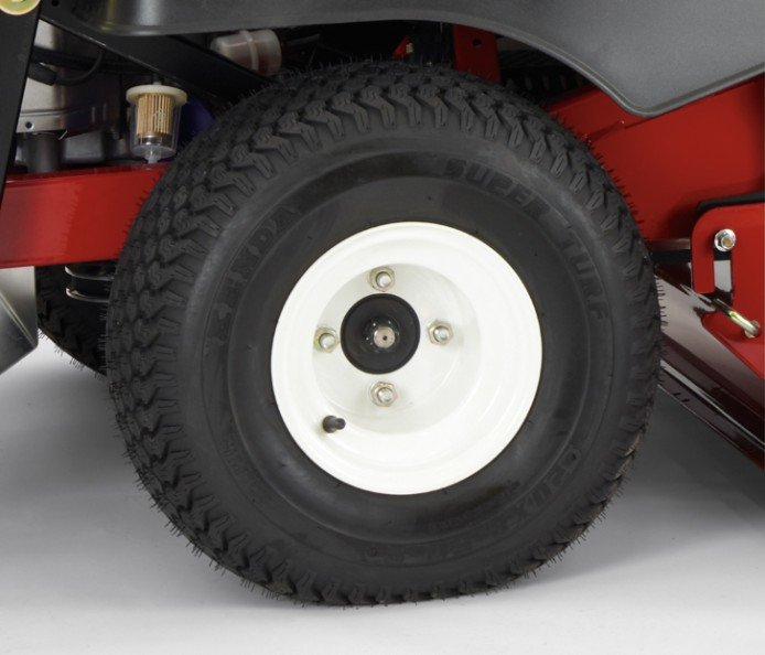 """56 cm x 25,4 cm (22"""" x 10""""), Hinterreifen: Diese großen Breitreifen bieten im Vergleich zu kleineren Reifen ein besseres Fahrverhalten in unebenem Terrain. Die Breite reduziert die Bodenverdichtung. Das Spezialprofil bietet die richtige Mischung aus Haftung und reduzierter Rasenabnutzung."""