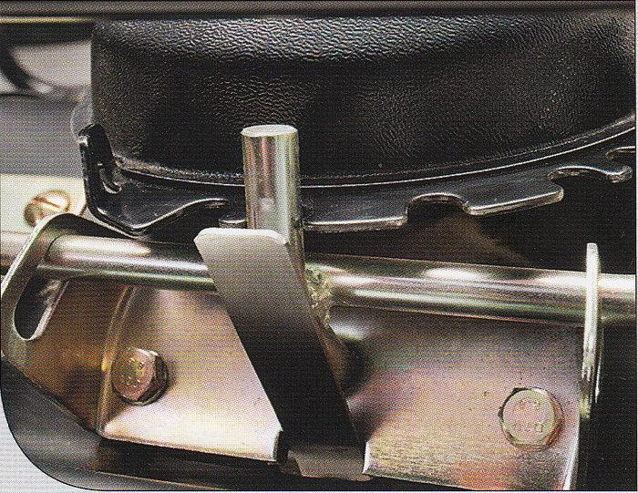 Schwenkbare Bürste Der Kehrwinkel ist über einen mechanischen Rastenhebel vom Fahrersitz aus fünffach verstellbar. Zwei Stufen nach links, zwei Stufen nach rechts sowie eine mittig zentrierte Position.