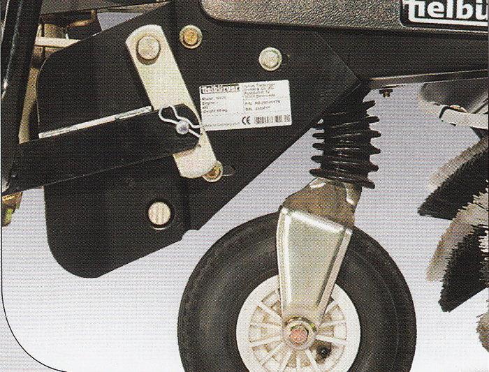 Luftbereiftes Stützrad Ein lenkbares, luftbereiftes Stützrad hat ausgezeichnete Dämpfungseigenschaften. Die Kehrmaschine ist damit auch unabhängig vom Traktor beweglich. Die Drehachse ist mit einem Faltenbalg gegen Schmutz geschützt.