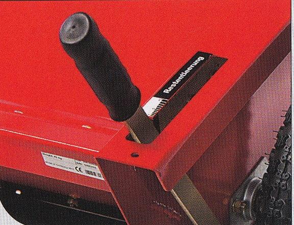Schnelle Restentleerung Der 80 cm breite und 60 l fassende Streukasten lässt sich leicht füllen und mit einem Handgriff entleeren. Eine Abdeckung verhindert das Eindringen von Feuchtigkeit in das Streugut.