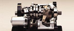 Der unverwüstliche, flüssigkeitsgekühlte Motor strotzt vor Drehmoment und leitet seine Kraft direkt zu den Endantrieben. Neben der Vollautomatik kann auch per Daumendruck mittels ESP (Electric Shift Program) geschaltet werden. Inklusive Vorgelege-Untersetzung stehen somit 10 Vorwärtsgänge (5 im Low- plus 5 im Drive-Modus) und 1 Rückwärtsgang bereit.  Damit verfügt der TRX500FPA über eine weltweit in der Landwirtschaft erprobte Technik, wie sie auch in großen Ackerschleppern zum Einsatz kommt.