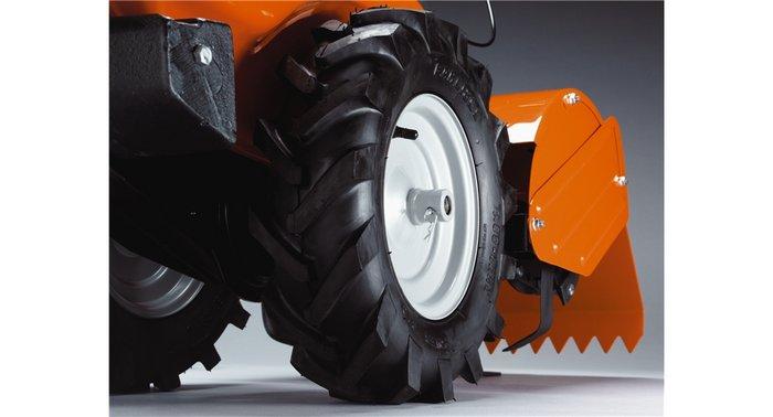 Antriebsreifen mit Traktorprofil Große Reifen mit kräftigem Profil für optimalen Grip.