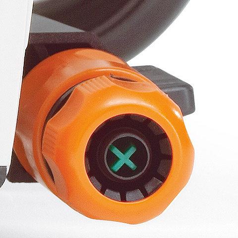 Wasseranschluss  Über den serienmäßigen Wasseranschluß mit Berieselungsanlage wird der Trennschleifscheibe Wasser zugeführt, der entstehende Staub beim Trennen wird so wirksam gebunden. Er ist so am Gerät angebracht, dass er während der Arbeit nicht stört.
