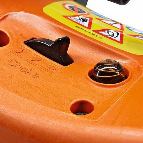 Manuelle Kraftstoffpumpe (Purger)  Mit der manuellen Kraftstoffpumpe lässt sich auf Daumendruck Kraftstoff in den Vergaser fördern. Dadurch wird nach einer längeren Betriebspause der Maschine die Zahl der Anwerfwürfe reduziert. (Abb. ähnlich)