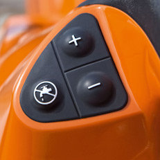 Die elektronische Wassersteuerung ermöglicht eine präzise Dosierung der Wasserzufuhr – ganz einfach mit drei Tasten. Nach Starten des Trennschleifers kann das System bequem per Knopfdruck aktiviert werden. Über die Plus/Minustasten lässt sich die Wassermenge immer präzise an die Schnittanforderung anpassen. Die Elektronische Wassersteuerung schaltet drehzahlgesteuert ein und aus. (Abb. ähnlich)