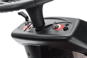 Leichte Bedienbarkeit   Alle Bedienelemente unserer Rasentraktoren sowie Aufsitzmäher sind so angebracht, dass sie vom Fahrersitz aus optimal zu bedienen sind.